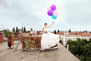 MG 6370 300x200 - Braut auf Dach mit Luftballons
