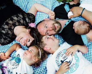 Familienfotos  045 300x240 - Lutterbach Fotografie Familienshooting Familie Kinder Eltern Hannover Foto